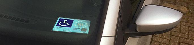 Voorruit van auto met gehandicaptenparkeerkaart